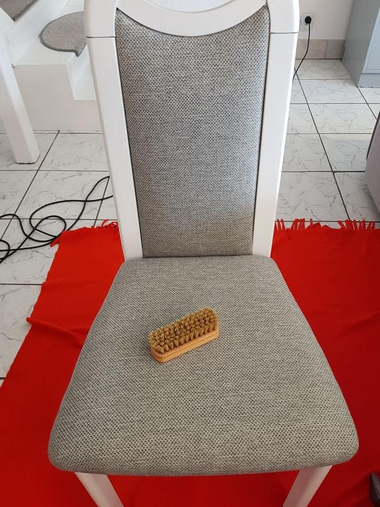 szczotka do tapicerki na krześle