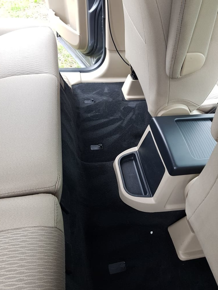 wyprana podłoga samochodu