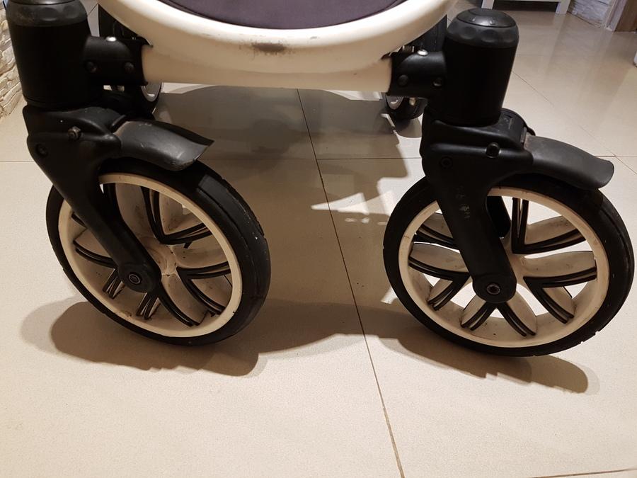 brudne kółka,plastiki wózka dziecięcego
